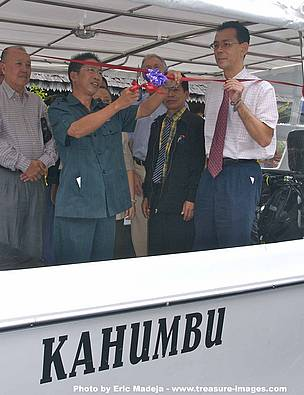 Assistant District Officer of Semporna, Encik Bianus Kontong, launching Kahumbu. Looking on are Dato Sri Panglima Guan Sau Wah JP, owner of Dragon Inn (first left), Encik Ibni Hassim bin Abd Rajun, Officer-in-Charge of Department of Fisheries Semporna (second from right), and Dr. Rahimatsah Amat, Chief Technical Officer of WWF-Malaysia's Borneo Programme (far right).